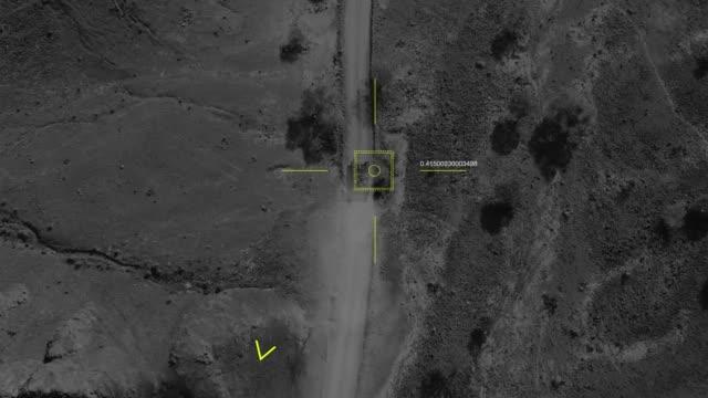 askeri bir i̇ha'nın havadan görünümü bir tank ın nişan ını alır ve onu ıskalar. - sert kavramlar stok videoları ve detay görüntü çekimi