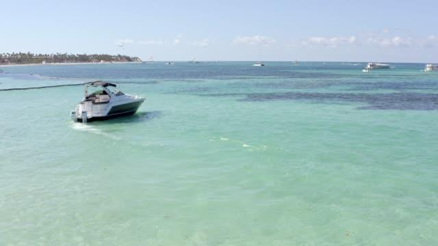 Luftaufnahme einer modernen Motoryacht am Karibischen Meer, Punta Cana, Dominikanische Republik – Video