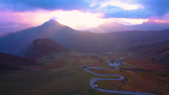vídeos de stock e filmes b-roll de aerial view of a mountain road in dolomites alps at sunset - alpes europeus