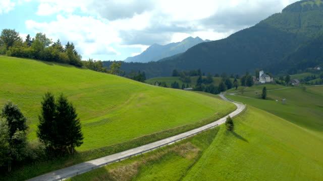山の村の空撮 - スロベニア点の映像素材/bロール
