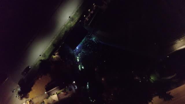 vídeos de stock e filmes b-roll de aerial view of a party outdoors at night - bar local de entretenimento