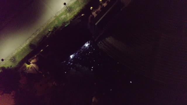 vídeos de stock e filmes b-roll de aerial view of a party outdoors in city at night - bar local de entretenimento