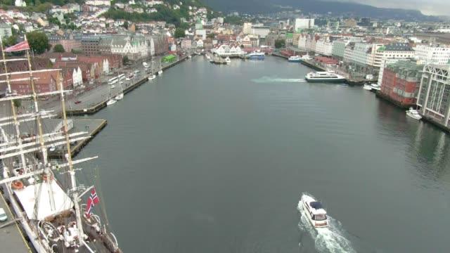 vídeos y material grabado en eventos de stock de vista aérea de un puerto en la ciudad de bergen,noruega - bergen