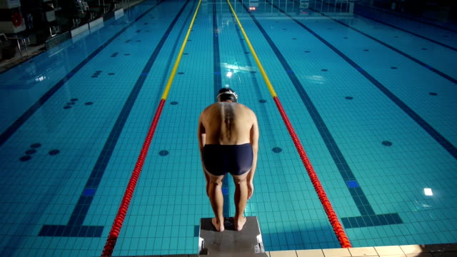 Vista aérea de un profesional nadador - vídeo