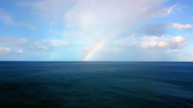 グアドループの近くのカリブ海の上の虹の空中眺め。 - レインボー点の映像素材/bロール