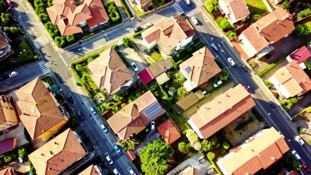 flygfoto över ett bostadsområde - zoomeffekt bildbanksvideor och videomaterial från bakom kulisserna