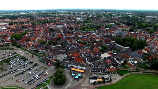stockvideo's en b-roll-footage met luchtfoto van een plaats (town) in de buurt van een meertje (harderwijk, nederland) - netherlands