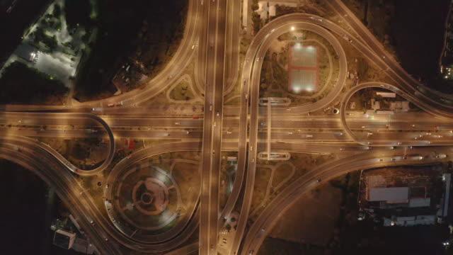 vidéos et rushes de vue aérienne d'une route et d'échangeurs uniques de ville, vue supérieure d'autoroute de bangkok - route surélevée