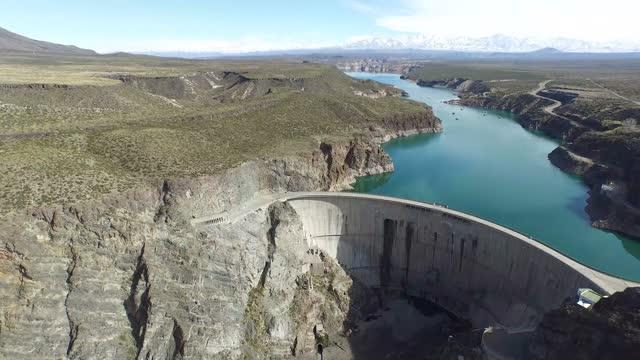 vista aerea di una diga d'acqua vicino alle ande - argentina america del sud video stock e b–roll