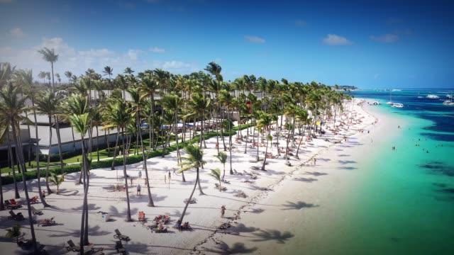 Luftaufnahme eines wunderschönen karibischen Strandes in Punta Cana, Dominikanische Republik – Video