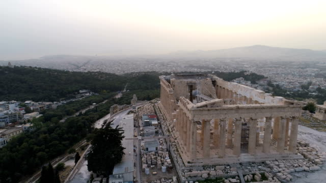 vídeos de stock e filmes b-roll de aerial view of acropolis of athens ancient citadel in greece - monumento