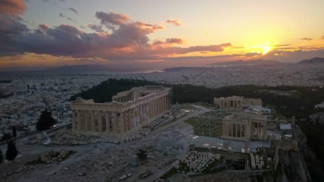 stockvideo's en b-roll-footage met luchtfoto van de akropolis van athene bij zonsondergang - athens