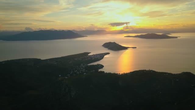 vídeos de stock, filmes e b-roll de vista aérea da ilha de aegina, grécia em belo pôr do sol - ática ática