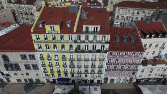 vídeos de stock, filmes e b-roll de vista aérea de alfama, lisboa, portugal - característica arquitetônica