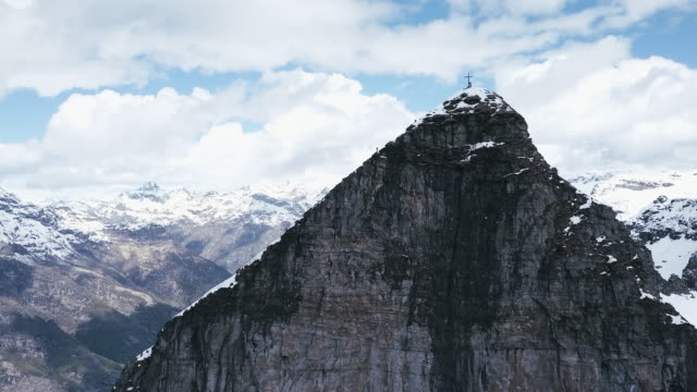 flygfoto över alpinist klättring ovanför klippan - korsform bildbanksvideor och videomaterial från bakom kulisserna