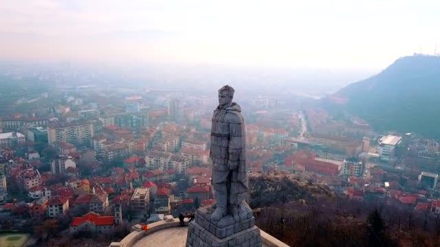 vídeos de stock, filmes e b-roll de vista aérea do monumento de aliocha / plovdiv - bulgaria - monumento
