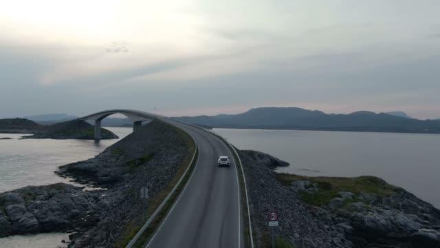 vídeos de stock e filmes b-roll de aerial view of amazing atlantic ocean road (atlanterhavsveien) in norway - noruega