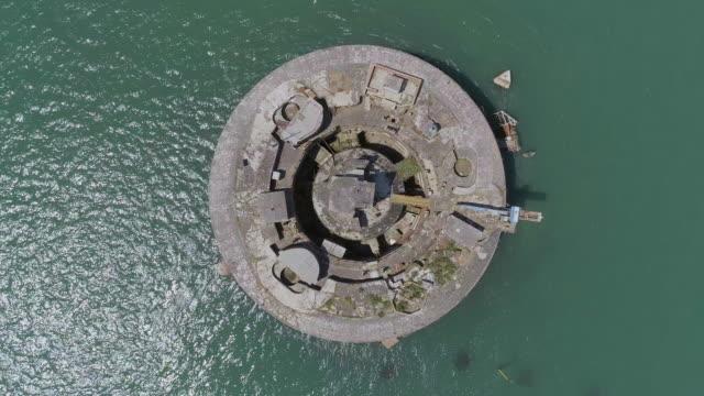 vídeos de stock, filmes e b-roll de vista aérea de um forte mar abandonado no solent, reino unido - estreito mar