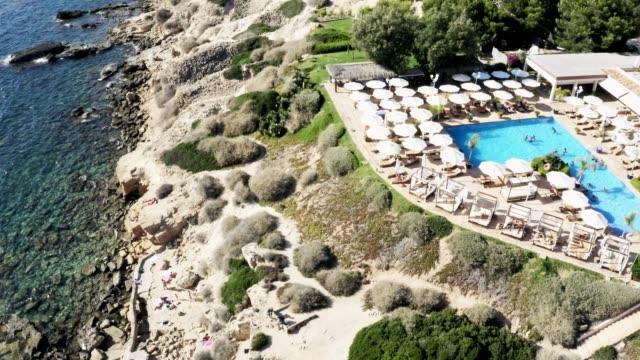Luftaufnahme eines erstaunlichen Strandresorts auf Mallorca, Spanien – Video