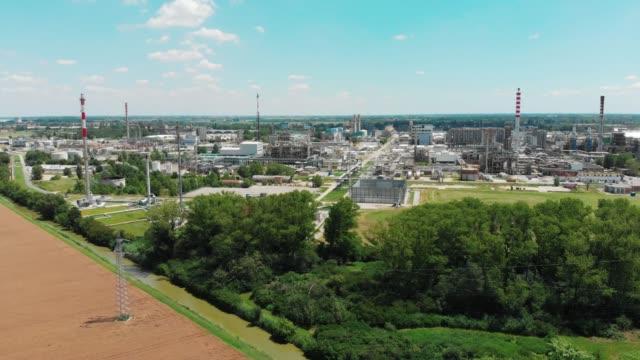 bir i̇talyan şehrinde bir sanayi parkı ve rafineri havadan görünümü. - ravenna stok videoları ve detay görüntü çekimi
