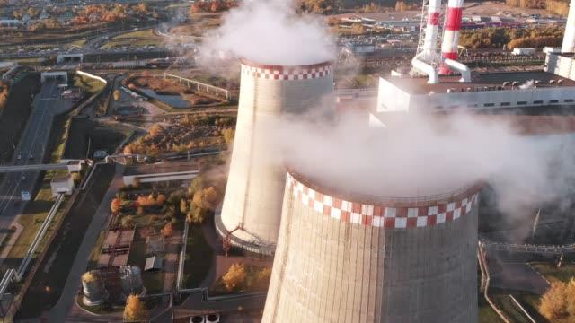 flygfoto över en industriell rörlednings förorenar luften bredvid personer som bor i staden. - utdöd bildbanksvideor och videomaterial från bakom kulisserna