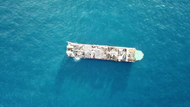 denizde bir offshore petrol yüklemesinin havadan görünümü - kule stok videoları ve detay görüntü çekimi