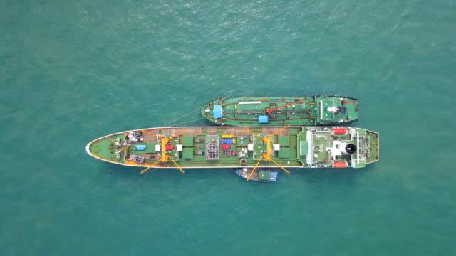 vídeos de stock, filmes e b-roll de vista aérea do navio petroleiro ancorado - navio tanque embarcação industrial