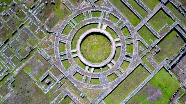 vídeos de stock, filmes e b-roll de vista aérea das antigas ruínas incas. marco da américa latina. - civilização milenar
