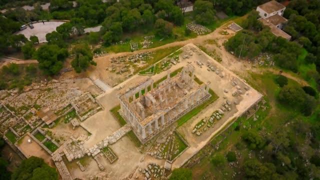 vídeos de stock, filmes e b-roll de vista aérea do antigo templo de afea aphaia na ilha de aegina - ática ática