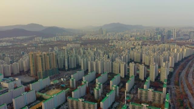 vídeos y material grabado en eventos de stock de vista aérea del edificio de apartamentos en jamsil dong cerca de jamsil estación, corea del sur - n seoul tower