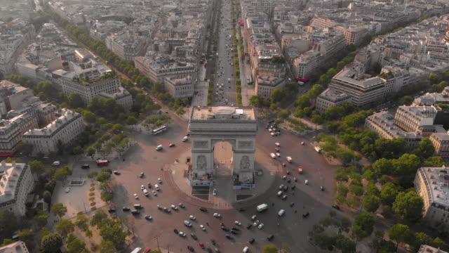 stockvideo's en b-roll-footage met luchtfoto van arc de triumphe - boog architectonisch element