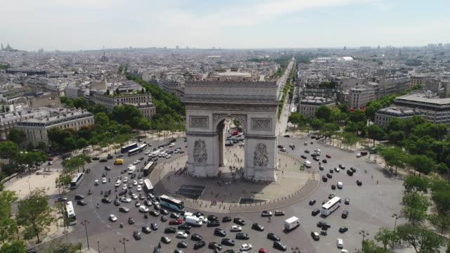 vidéos et rushes de vue aérienne de l'arc de triomphe, paris - tour eiffel