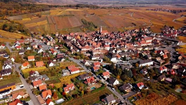 vídeos de stock, filmes e b-roll de vista aérea do outono riquewihr vinhedos, rota de vinho da alsácia, frança. - frança