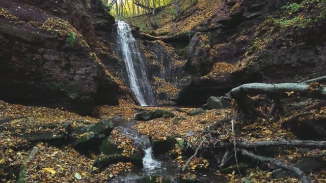 vídeos y material grabado en eventos de stock de vista aérea de autumn waterfal - basalto