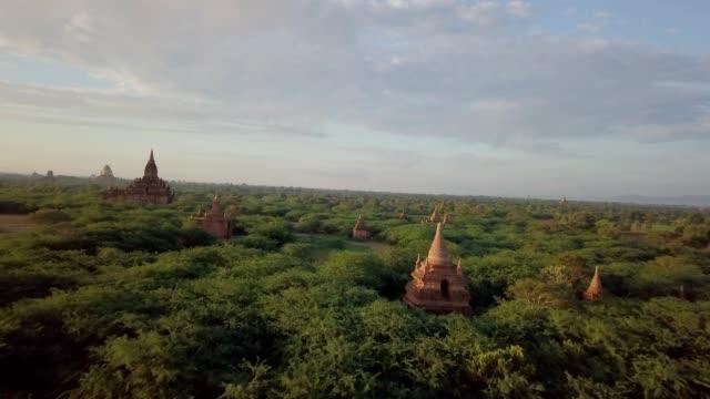 bagan arkeolojik bölgesi, myanmar havadan görünümü - stupa stok videoları ve detay görüntü çekimi