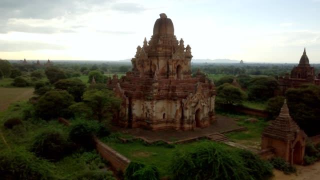 4k hava görünümünü bagan arkeolojik bölgesi, myanmar - stupa stok videoları ve detay görüntü çekimi