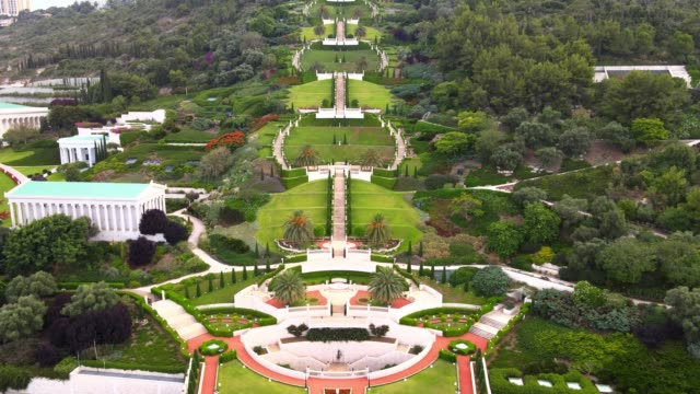 ハイファ、イスラエルのバハイガーデンの空中写真 - 対称点の映像素材/bロール