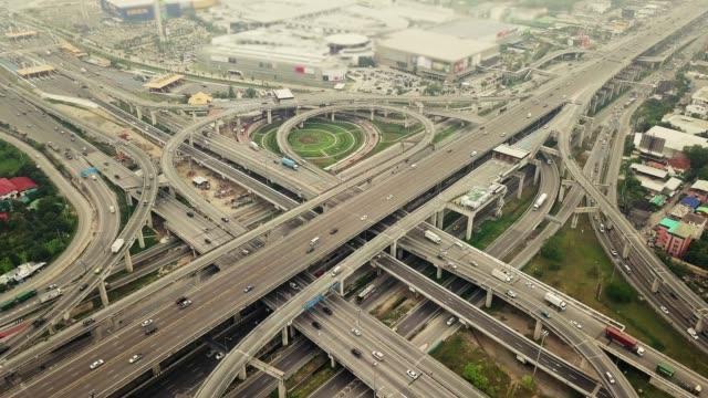 vídeos de stock e filmes b-roll de 4k: aerial view of bangkok highway - circular economy