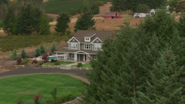 vídeos de stock e filmes b-roll de aerial view of beautiful country home. - mansão imponente