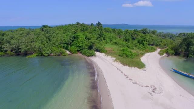 vídeos de stock, filmes e b-roll de vista aérea da ilha tropical bela ilha - nordeste