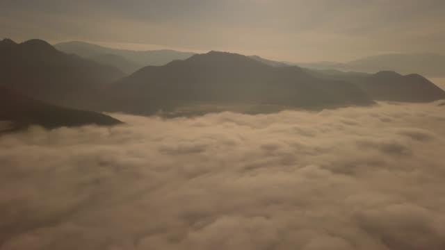 vidéos et rushes de 4k: vue aérienne de beau lever de soleil brumeux, thaïlande. - paysage extrême