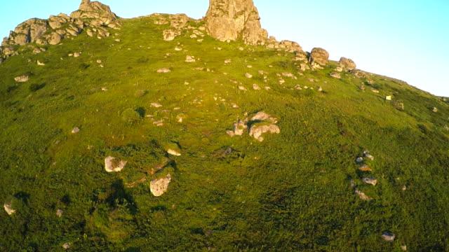 vídeos de stock, filmes e b-roll de vista aérea do monte da bela montanha - quadricóptero