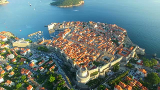 вид на красивый старый город дубровника на закате - хорватия стоковые видео и кадры b-roll