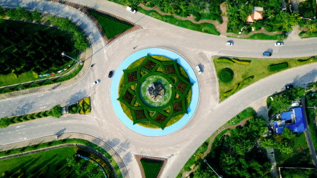 ラチャプ ルック公園ロイヤル ガーデン (国際園芸博覧会王立植物 ratchapruek)、チェンマイ、タイの美しいラウンド アバウト交差点道路緑庭の眺め. - 曲線点の映像素材/bロール