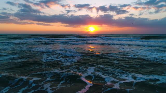 flygfoto över vacker soluppgång med dramatiska molnlandskap över havet, video som gjorts av drönare - high dynamic range imaging bildbanksvideor och videomaterial från bakom kulisserna