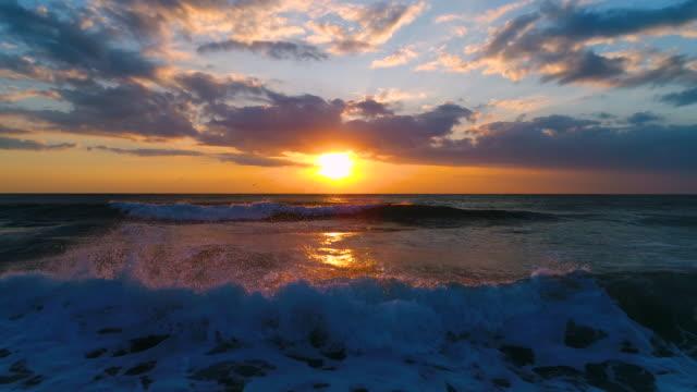 flygfoto över vacker soluppgång med dramatiska molnlandskap över havet - high dynamic range imaging bildbanksvideor och videomaterial från bakom kulisserna