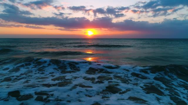 flygfoto över vacker soluppgång med dramatiska molnlandskap över havet video - high dynamic range imaging bildbanksvideor och videomaterial från bakom kulisserna