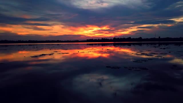 vidéos et rushes de vue aérienne du beau coucher de soleil sur le lac - lac reflection lake