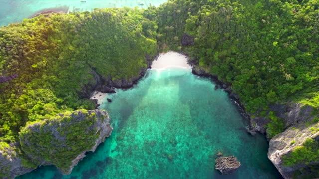 vista aerea della bellissima isola tropicale - baia video stock e b–roll