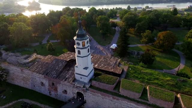 vídeos de stock, filmes e b-roll de vista aérea da fortaleza de belgrado e da estátua do vencedor de belgrado - sérvia